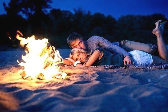 Влюбленные на пляже у костра
