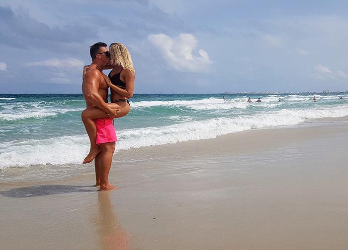 Красивый поцелуй на пляже