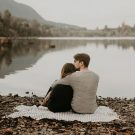 Каменистый пляж тихого озера для влюбленных