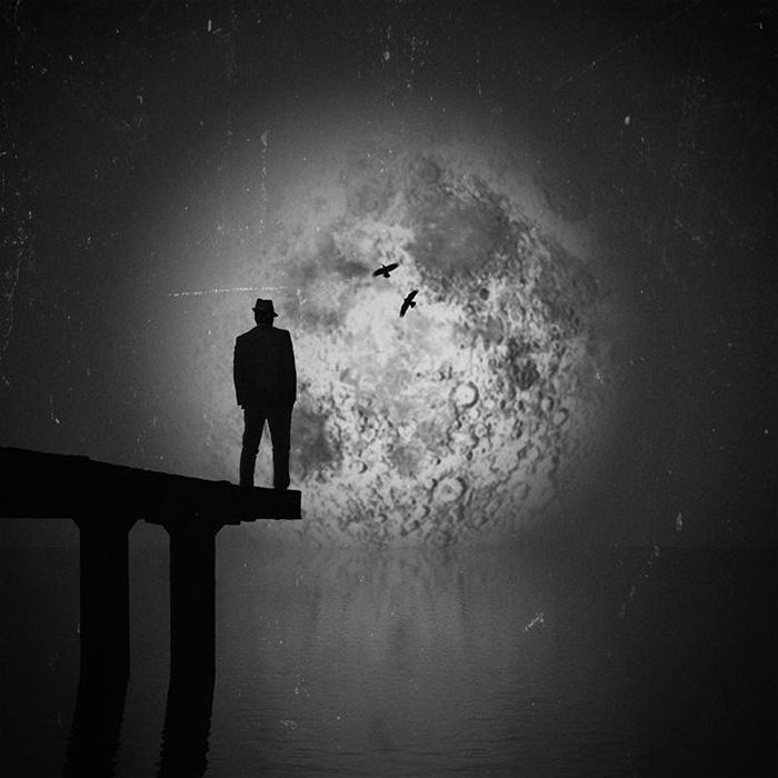 Силуэт на фоне мрачной луны