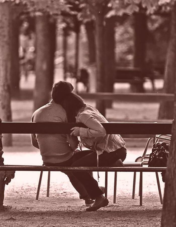 Тихая нежность в парке на скамейке