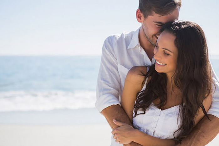 Смех и улыбки влюбленных у моря